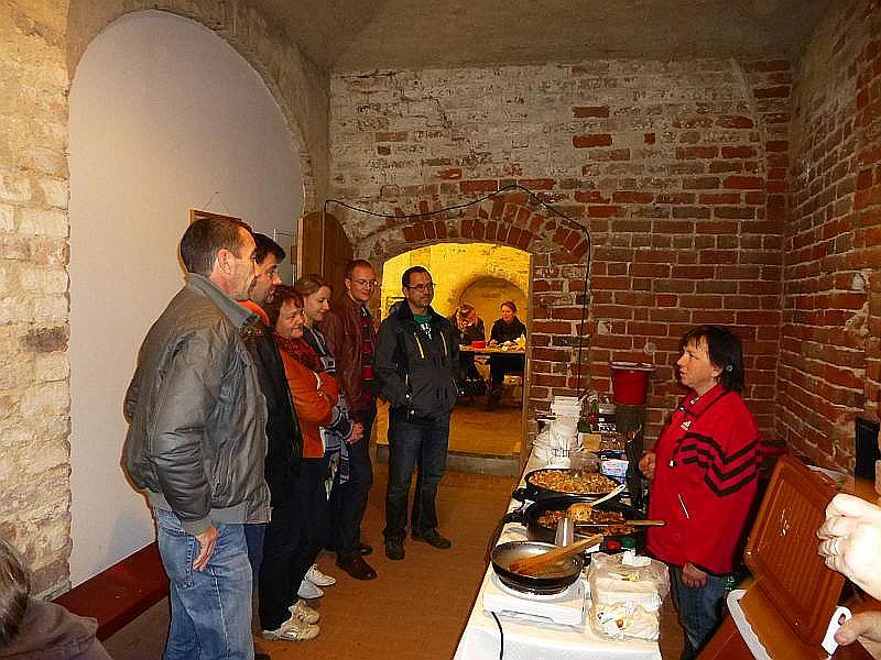 Immer wieder lauschen den Besucher den Worten von Irena, die einige Tips zum Zubereiten ganz besonderer Pilz - und Kräuterspeisen zum Besten gibt.