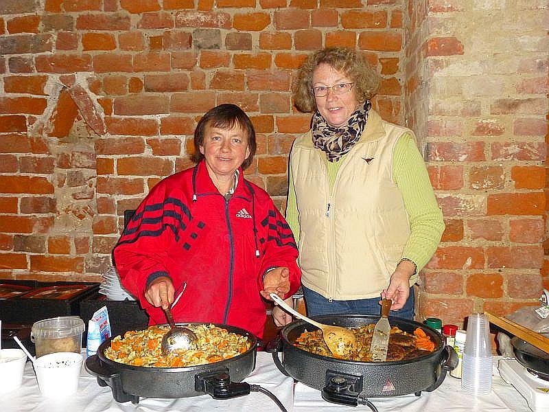 Diese beiden jungen Damen versorgten alle Hungrigen mit Steinpilzpfanne, Waldpilzsuppe, Entenschmalzstullen, frischen Waffeln und manches mehr. Wir sagen ganz herzlich Dankeschön!