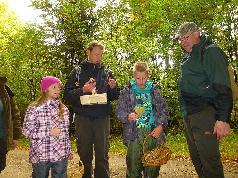 Schön das heute auch zwei Kinder mit dabei waren und mit voller Begeisterung den Pilzen auf der Spur waren. Aber jetzt warten sie mit Papa und Opa auf den Fachmann, um die neuesten Funde zu besprechen.