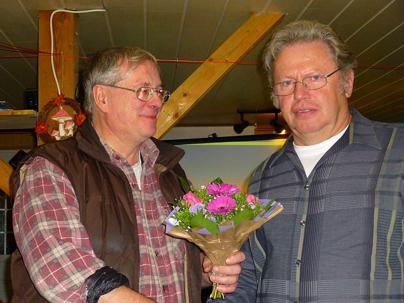 Nach etwa füns Stunden mit zwei kleinen Pausen zwischendurch endete Ulrich`s sehr imteressante Einführung in das immer noch gemeinsumwitterte Reich unserer Großpilze. Ich überreeichte ihm als Dankeschön dieses kleine Blumenpräsent.