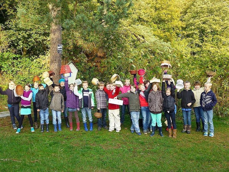 Mit 24 Schülern, der Lehrerin und einer Begleiterin und meiner Wenigkeit ging es am Dienstag, dem 22. Oktober auf die Pilzsuche in den Neuburger Wald. Die Begeisterung und auch das Pilzaufkommen war groß!