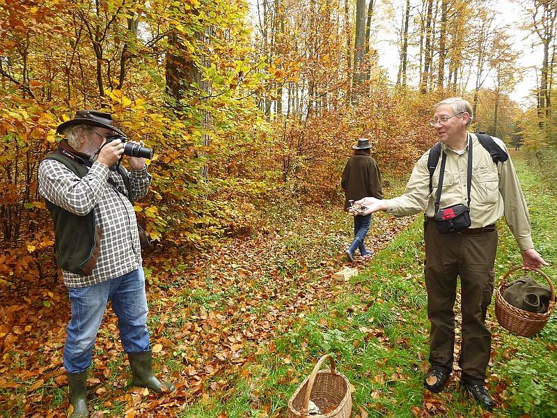 Von Wolfgang zu Wolfgang. Mit einem guten Pbjektiv kann man sich sein Foto - Objekt auch ganz gut heranzoomen. Wolfgang aus Grevesmühlen (rechts) präsentiert seinen Fund dem Wolfgang aus Düsseldorf.