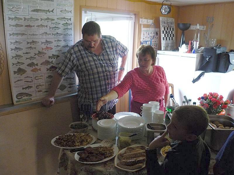 Irena und Thomas, unsere Küchenmykologen stellen uns das Resultat ihrer Kochkünste vor. Die Verkostung und Benotung der ausgewählten Pilzarten kann beginnen.