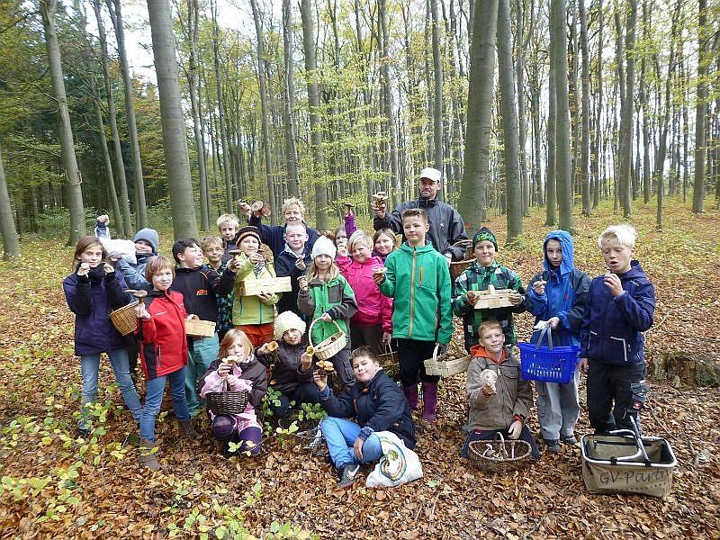 Und kurz vor Schluß unserer Wanderung durch den Wald bei Neuburg versammelten sich die Schüler mit ihrer Klassenlehrin und einem pilzbegeiserten Vati zu einen Erinnerungsfoto. 29.Oktober 2013.