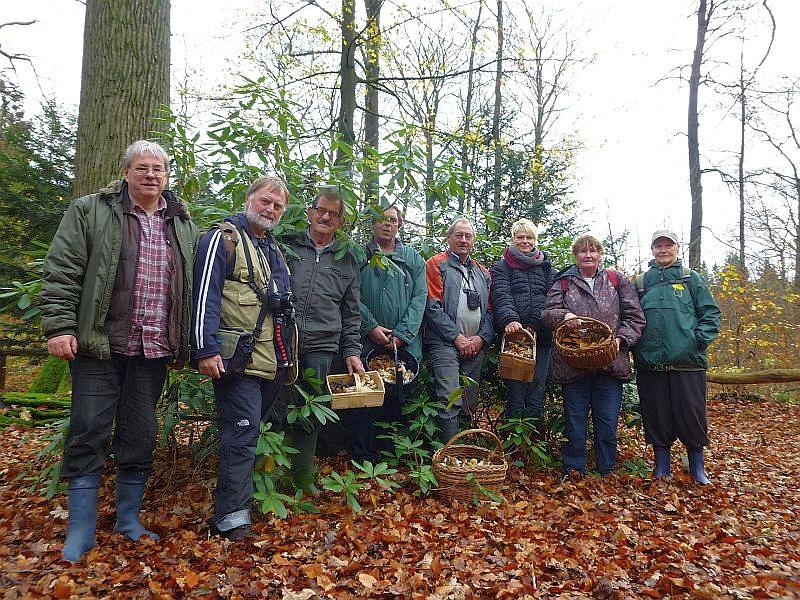 Und zu unserem obligatorischen Erinnerungsfoto versammelten sich alle acht Pilzfreunde der heutigen Vereinsexkursion vor einem Gedenkstein, der an verdiente Forstleute dieses Revieres erinnern soll.