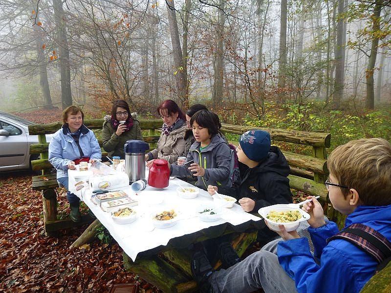 Eine Wanderung an frischer Waldluft macht hungrig. Dem konnte abgeholfen werden. Wie so oft hat auch diesesmal Irena für das leibliche Wohl gesorgt. Es gab Nudeln mit Hallimasch/Maipilz- Suppe, die wie immer vorzüglich mundete.