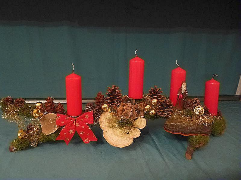 Etwa 1m langes und 15 cm tiefes 4er Gesteck mit roten Stumpenkerzen auf Astgabel. Dekoriert mit Striegeliger Tramete, Schmetterlings - Tramete und Rotrandigem Baumschwamm. Dazu Kiefern - Zapfen und Weihnachtsdekoration. 15,00 €