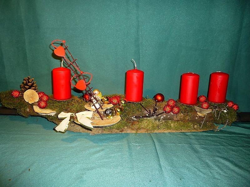 Gut 80 cm langes Astgesteck mit Moos und 4 roten Stumpenkerzen, Striegeliger Tramete, Eichen - Wirrling und Birken - Blättling sowie Weihnachtsdekoration zu 15,00 €.