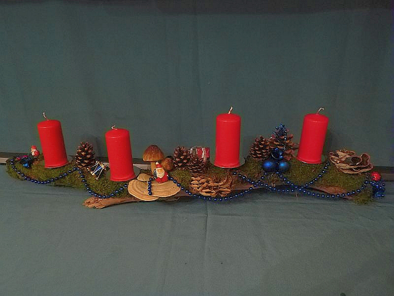 Ca. 1m langes Astgesteck mit blauer Weihnachtsdekoration, Striegeliger Tramete, Moos und Kiefernzapfen mit 4 roten Stumpenkerzen zu 15,00 €.