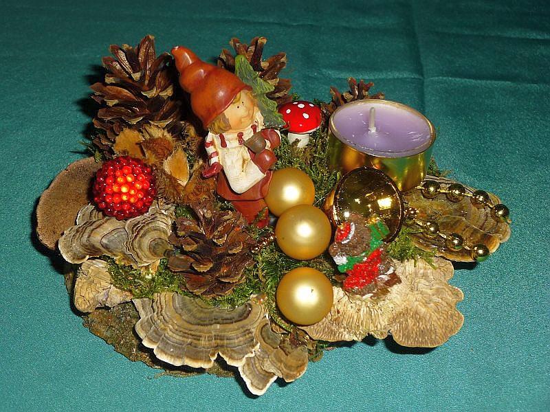 Rundliches Gesteck, ca. 15 cm im Durchmesser mit Duftteelicht, Schmetterlings - Tramete, Birken - Blättling, Rötende Tramete und Eichen - Wirrling, mit Moos, Kiefernzapfen und Weihnachtsfekoration zu 8,00 €.