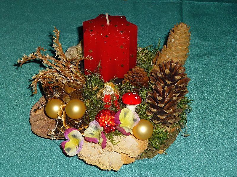 Rundes 1er Gesteck mit roter Sternkerze auf Baumscheibe mit Moos, Eichen - Wirrling, Schmetterlings - Tramete, Rötende Tramete und Striegeliger Tramete. Kiefernzapfen, Wildkräutern und Weihnachtsdekoration zu 8,00 €.