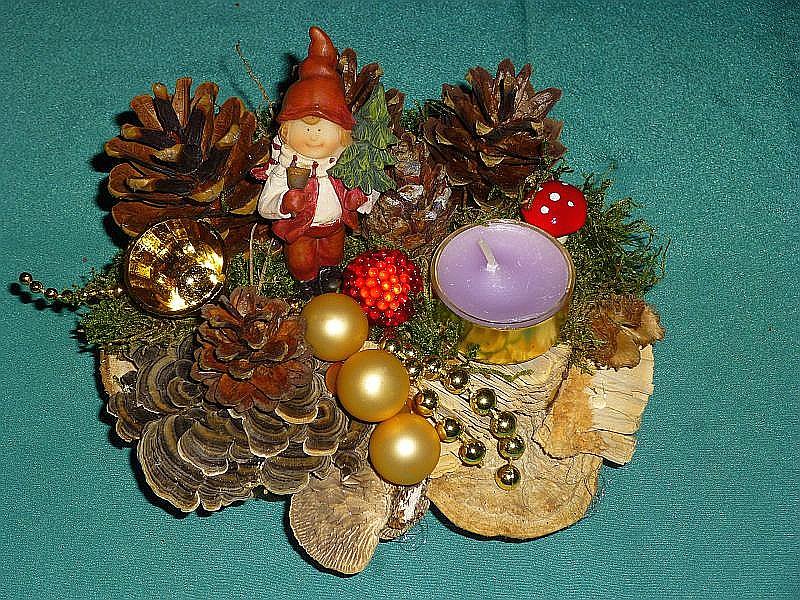 Rundliches Gesteck mit Duftteelicht, Schmetterlings - Tramete, Eichen - Wirrling, Moos, Kiefernzapfen und Weihnachtsdekoration zu 8,00 €.