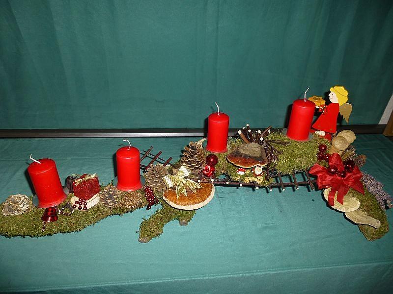 Etwa 1,20 m langes Astgesteck und 30 cm tiefe mit 4 roten Stumpenkerzen, Moos, Schmetterlings - Tramete, Rotrandigem Baumschwamm, Herben Zwergknäuelingen, Flaschen - Stäublingen, Striegeliger Tramete, Birken - Blättling, Wurzelschwamm und Hartriegelleiter, Engel und weiterer Weihnachtsdekoration zu 25,00 €.
