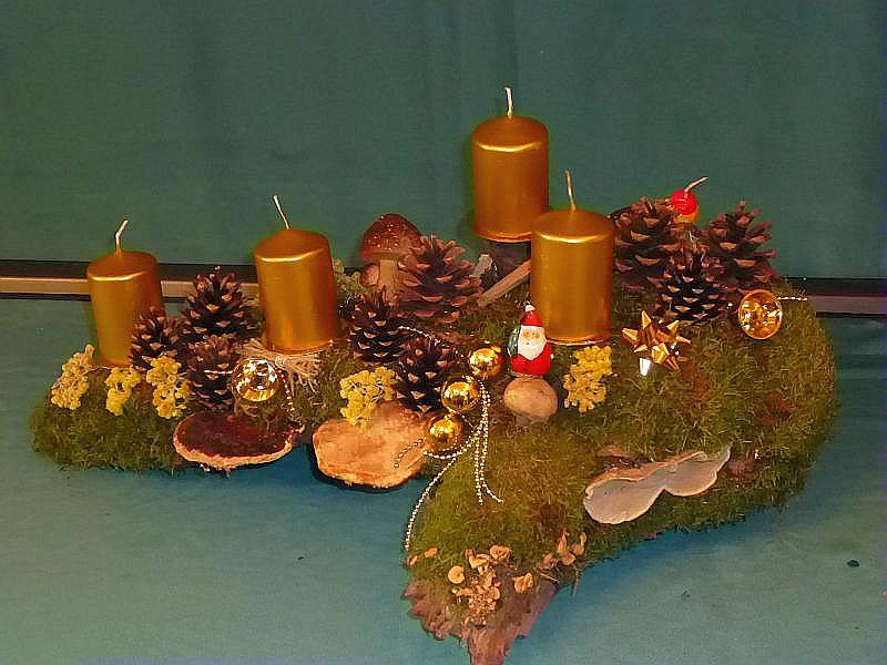 Kompaktes, etwa 60 cm langes, 30 cm tiefes und ebend so hohes 4er Gesteck mit goldenen Stumpenkerzen auf alter, norriger Baumwurzel mit viel Naturdekoration wie Moos, Kräutern, Kiefernzapfen, Rotrandigem Baumschwamm, Herben Zwergknäuelingen, Striegeligen Trameten, Dickschaligem Kartoffelbovist und goldener Weihnachtsdekoration zu 15,00 €. - Verkauft.