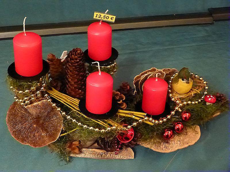 39. Gut 30 cm langes und 15 cm tiefes 4er Gesteck mit roten Stumpenkerzen mit Moos, Rötender Tramete, Eichen - Wirrling, Schmetterlings - Tramete, Vogelnest mit Vogel und Weihnachtsdekoration zu 12,50 €.
