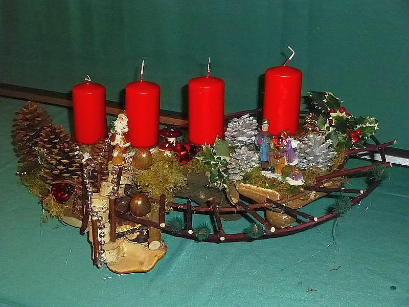 58. - Etwa 60 cm langes und 35 cm tiefes, aufwenidig gestaltetes 4er Gesteck mit Hartriegeltreppe, Moos, Rotrandigem Baumschwamm, Birken - Porling, Kiefernzapfen und Birkentreppe sowie Weihnachtsdekoration zu 12,50 €.