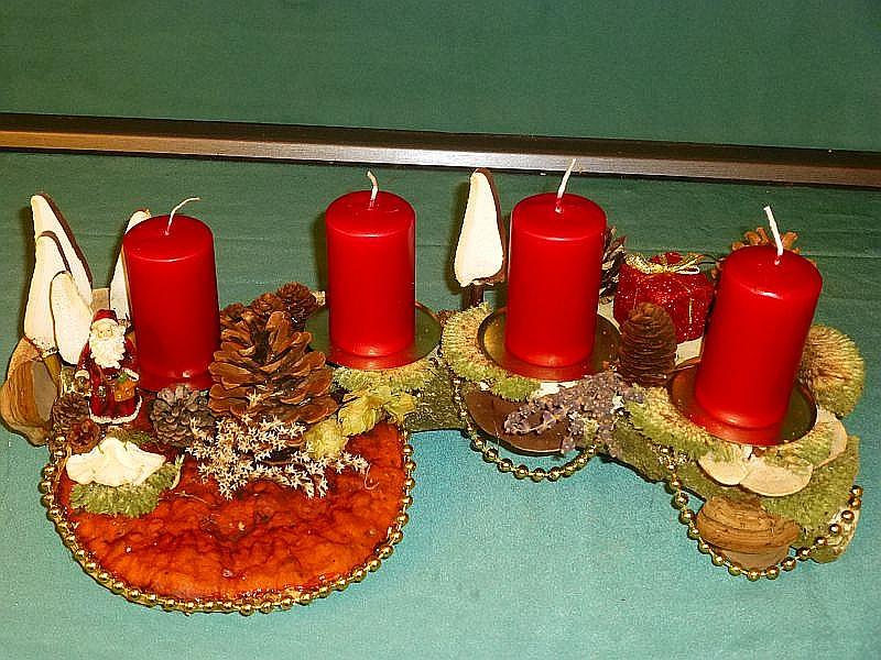 Etwa 50 cm langes, 25 cm tiefes 4er Gesteck auf Ast mit Birkenporlingstannen, Schmetterlings - Tramete, Eichen - Wirrling, Echtem Zunderschwamm, Rotrandigem Baumschwamm, Ordenskissenmoos, Kräutern, Zapfen, Striegeliger Tramete und Weihnachtsdekoration zu 20,00 €.