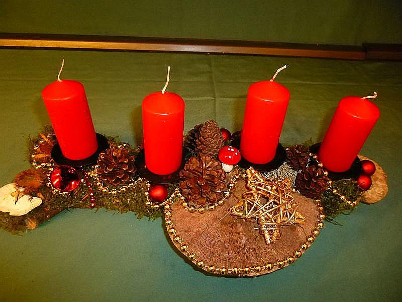 Etwa 45 cm langes und bis 20 cm tiefes 4er Gesteck auf Ast mit roten Stumpenkerzen, Moos, Zapfen,Schmetterlings - Tramete, Rötende Tramete, Eichen - Wirrling, Echtem Zunderschwamm und Weihnachtsdekoration zu 12,50 €.