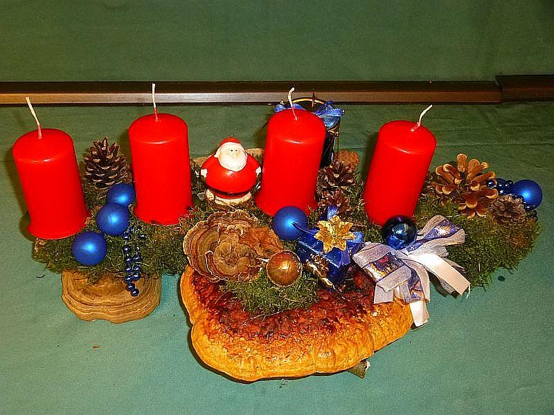 Etwa 50 cm langes und 30 cm tiefes 4er Gesteck auf Astgabel mit Rotrandigem Baumschwamm, Echtem Zunderschwamm, Striegeliger Tramete, Schmetterlings - Tramete, Kiefern- und Fichtenzapfen, großer Trommel und weiterer Weihnachtsdekoration zu 20,00 €.
