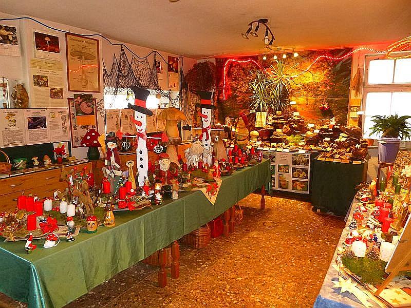 Nicht nur in unseren beiden Schaufenstern weihnachtet es sehr, auch im Inneren des Steinpilz setehen alle Zeichen auf Advent und Weihnachten. Nebven unserer Pilzausstellung sind auch noch etliche Adventsgestecke im Angebot.