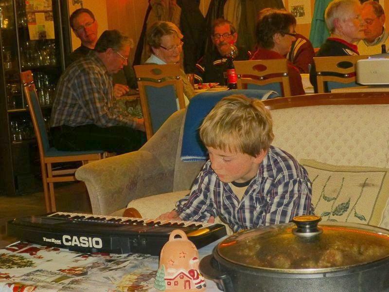 Nach dem alle Gäste eingetrpffen waren eröffnete Jonas mit einem kleinen Musikstück und einen rührenden Gedicht unsere kleine Weihnachtsfeier.