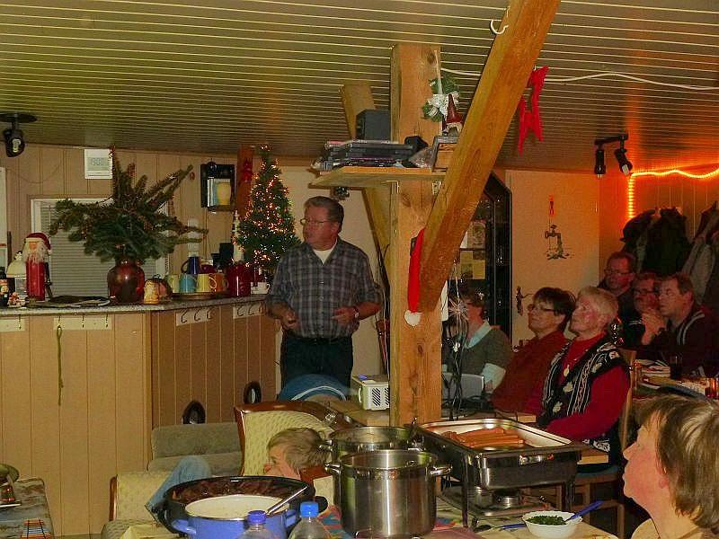 Hier sehen wir in der Bildmitte Ulrich Klein bei seinem heiteren Jahresabschluß.
