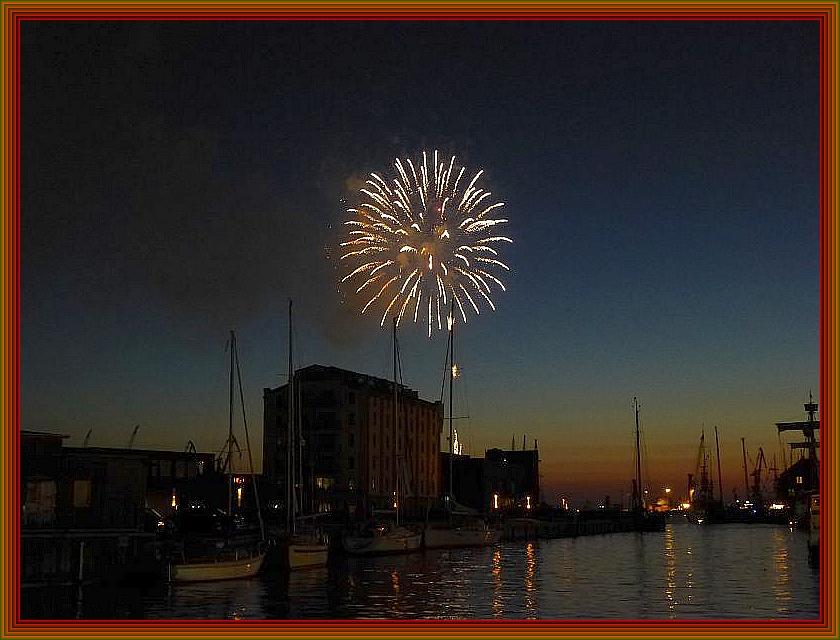 Feuerwerk über dem Wismarer Hafen.