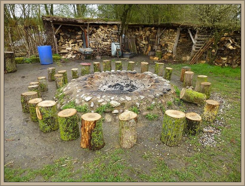 Mit diesem Bild einer vorbildlich gestalteten Feuerstelle im Steinzeitdorf Kussow möchte ich den heutigen Bericht schließen. An bestimmten Tagen wird hier richtig was geboten, so z.B. auch Ostern. Ein Besuch lohnt sich allemal.