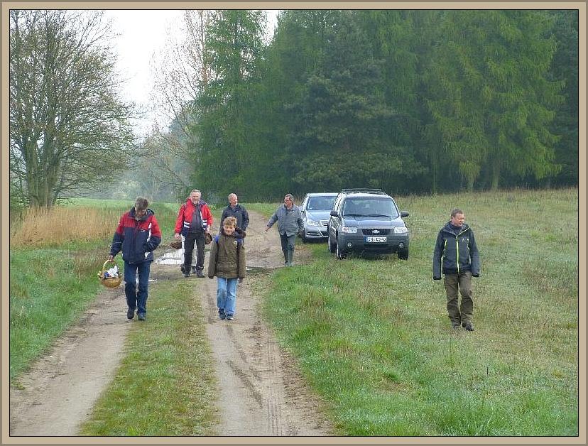 Als die Autos umgesetzt waren, ging es endlich bei noch trüben und feuchten Wetter los in den Wald.