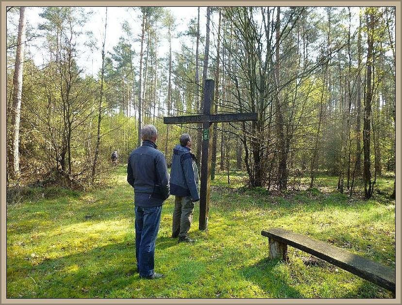 Dieses große Holzkreuz mitten im Wald erregt natürlich bei jedem Wanderer dass Interesse, aus welchem Grunde es gerade hier steht.