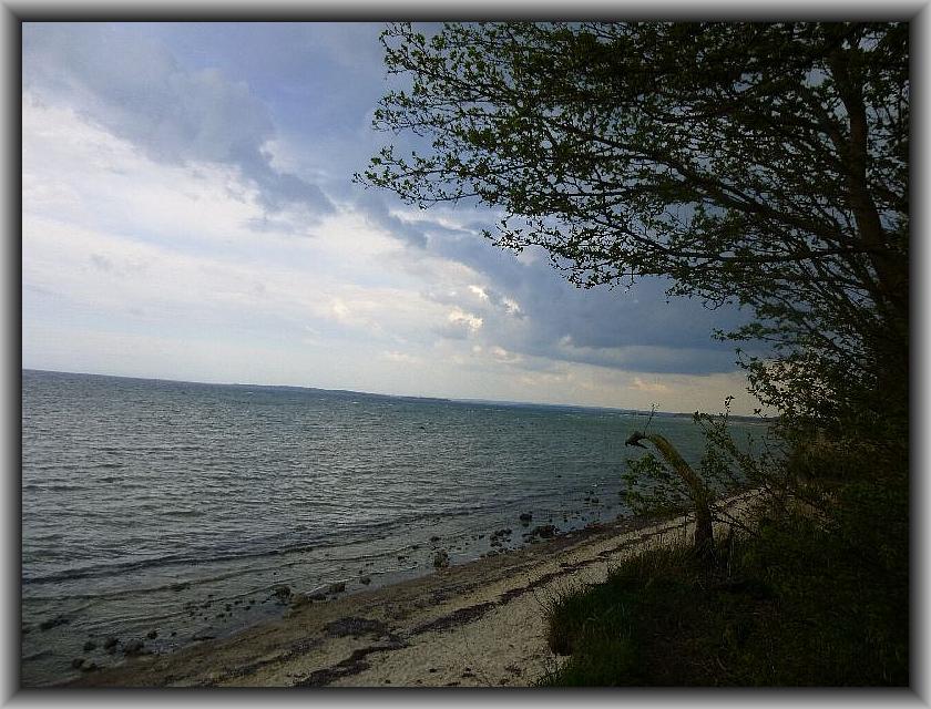 Aus dem südöstlichen Hinterland ziehen hier die ersten Gewitterwolken auf die Ostsee rauf. Der Himmel verfinserte sich immer mehr und und der Donner rollte immer näher. Ich mußte mir nun schleingst Schutz suchen, um nicht gleich durchzuweichen. Insel Poel im Ostermontag 2014.