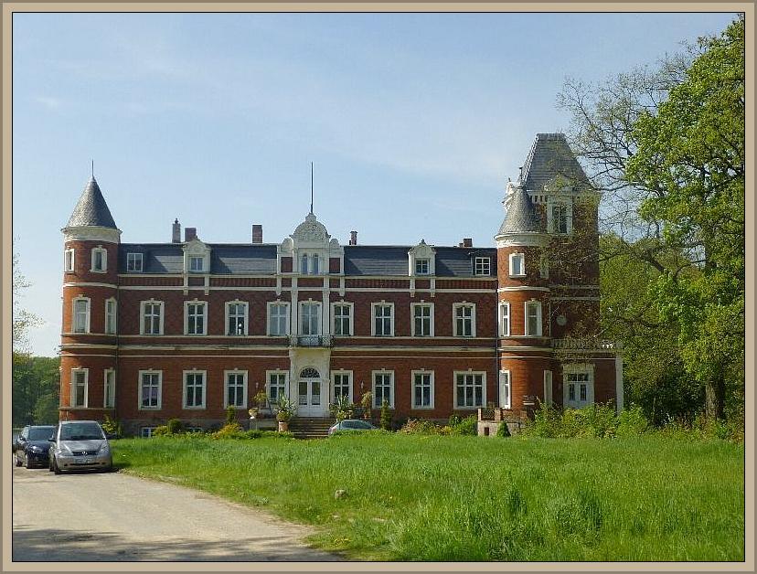 Das zugehörige Herrschaftshaus oder Schloß wird zur Zeit gerade saniert.