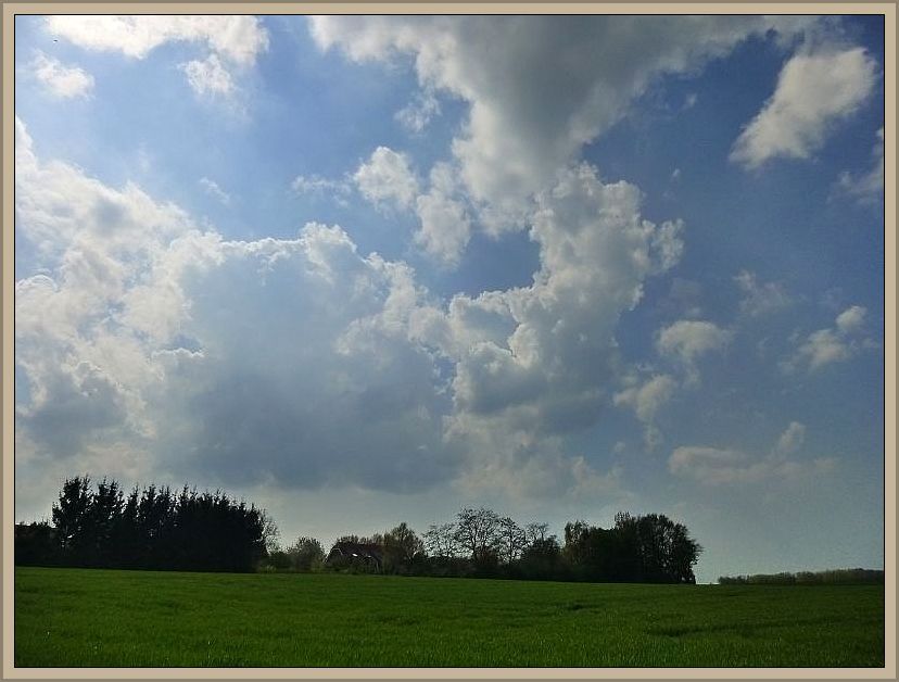 So sieht es am Himmel aus, wenn an zunächst sonnigen und warmen Tagen in labiler Luft ab den Mittagsstunden, vor allem aber am Nachmittag oder Abend, Konvektion einsetzt. Dann ist ein Gewitter in den nächsten Strunden sehr wahrscheinlich. Ähnlich chaotisch, aber noch dramatischer, sah es heute morgen am Himmel über Wismar aus. Es aber blieb bei fernem Donnergrollen und wenigen Tropen.