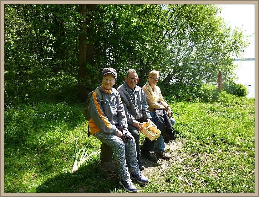 Auf einer Bank mit Seeblick machten es sich Helga, Jürgen und Erika (von links) bequem. In der Sonne ließ es sich heute richtig aushalten.