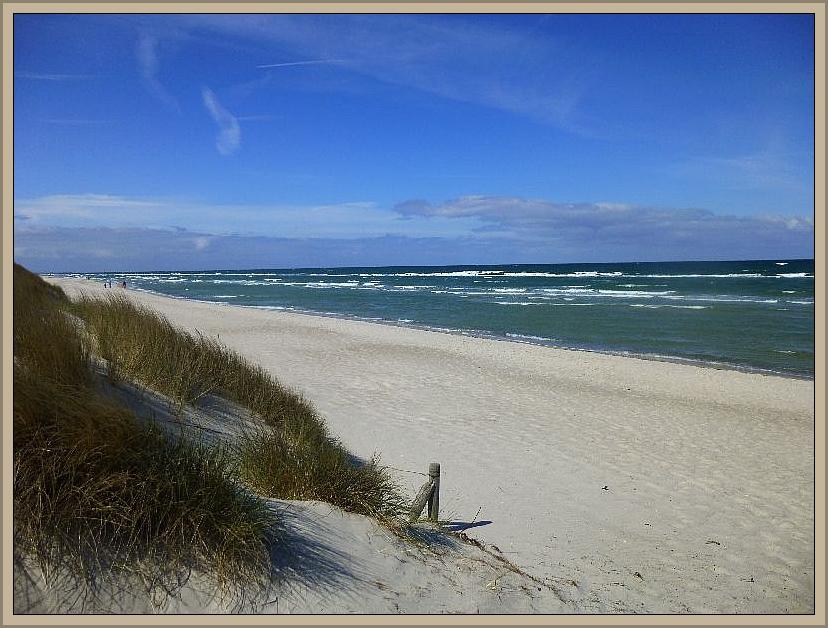 Es wehte ein kalter Nordwind und die langgezogenen, weißen Strände mit ihrem weißen Sand waren bis auf wenige Spaziergänger praktisch Menschenleer. Im Hochsommer herrscht hier Hochbetrieb, denn es handelt sich um einen Edelstrand vom feinsten, wie aus dem Urlaubsprospekt!