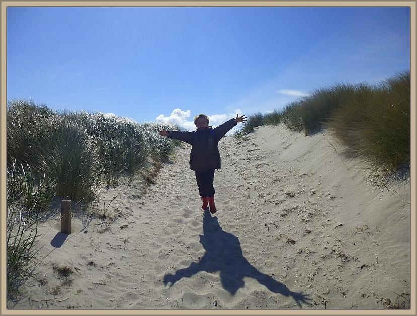 Hura, was für ein schöner Strand. Jonas stürmt die Düne hinunter zum Wasser.