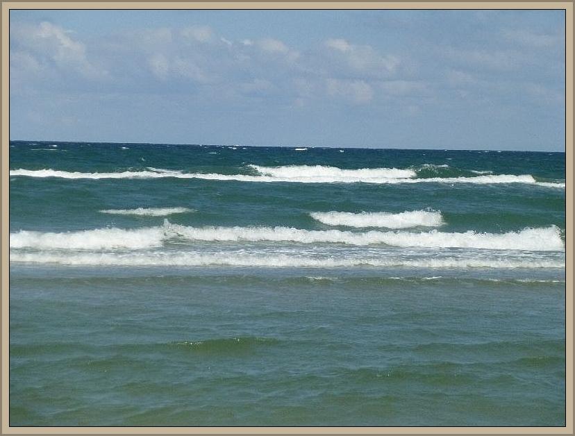 Mitunter türmt der leicht böige Wind die Wellen etws höher auf.