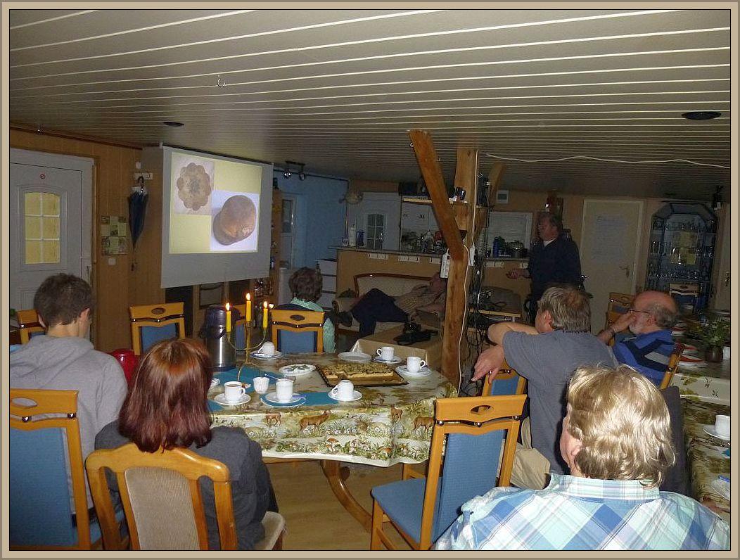 Interessierte Zuhörer bei Ulrich Klein. Viel wissenswertes rund um unsere Großpilze konnte man hier wieder erfahren.