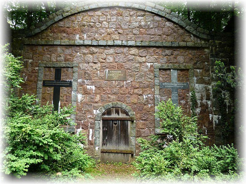 Schließlich gelangten wir kurz vor Schluß noch an den Kritzower Waldfriedhof mit seinem Mausoleuem der Gutsfamilie Hansen.