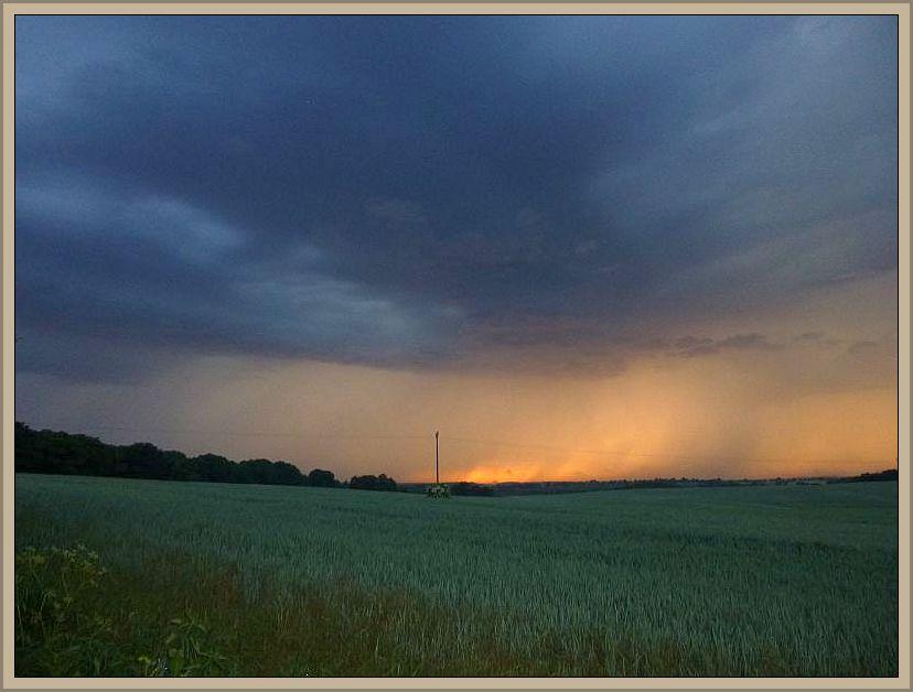 Bis in die Nacht hinein brauten sich immer neue Gewitter zusammen. 08.06.2014.
