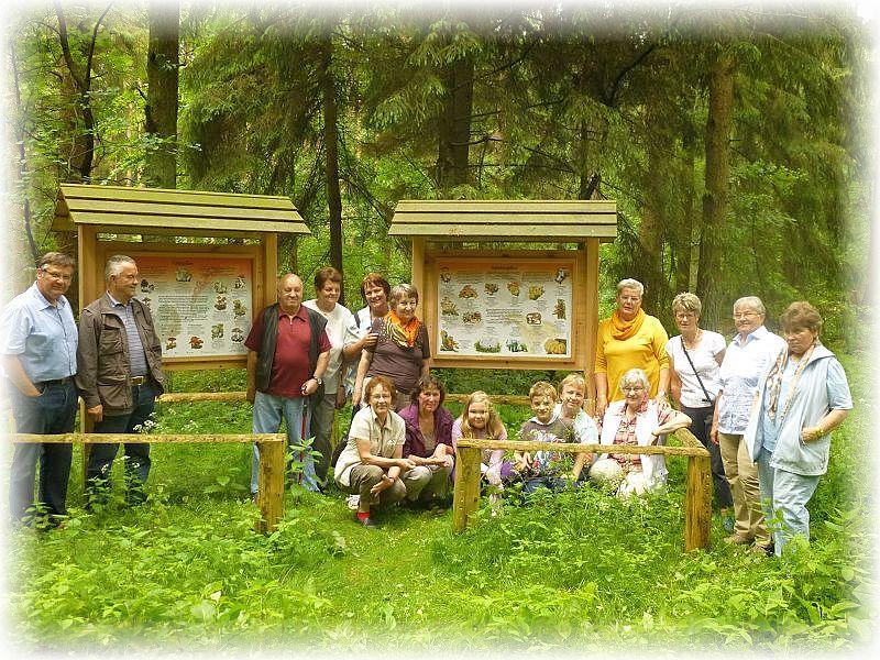 Durch die Rosenower Fichten begleitete uns ein wunderbarer Naturlehrpfad, den die Forstverwaltung hier eingerichtet hat. Bei den Pilzen kamen wir natürlich nicht so ohne weiters vorbei. Bei den Schautafeln über Speise- und Giftpilze versammelten wir uns zu einem Erinnerungsfoto.