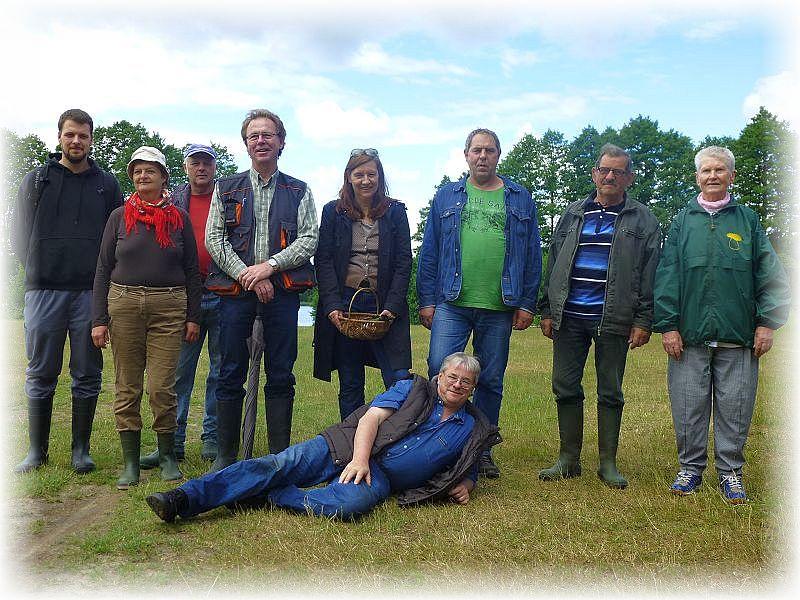 Alle neune der heutigen Pilzwanderung versammelten sich hier am Steder See zu unserem Erinnerungsfoto. 14. Juni 2014.