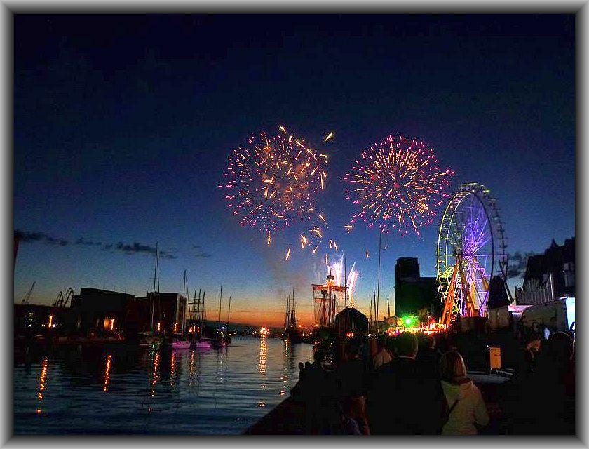 Mit diesem bunten und stimmungsvollen Bild vom Wismarer Hafenfest möchte ich den ersten Teil des Juni - Tagebuches schließen. Feuerwerk am Wismarer Hafen am 14.06.2014.