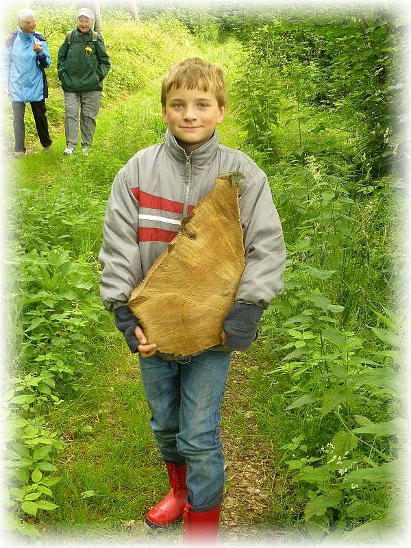 Da heute so wenig Pilze zu finden waren, hat sich Jonas entschlossen ein Stück Holz zum Basteln mit zu nehmen. Tapfer trug er das schwere Teil bis zu den Autos. Ich hoffe, der Eigentümer des Waldes wird es ihm nich übel nehmen. Jonas möchte zu Weihnachten daraus etwas zum Verschenken zaubern.