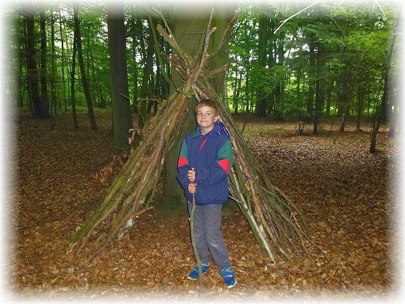 Wer auch immer hatte im Wald zwei Hütten aus Holzstämmchen gebaut, die Jonas natürlich toll fand und sich sogleich für ein Foto in Position brachte..
