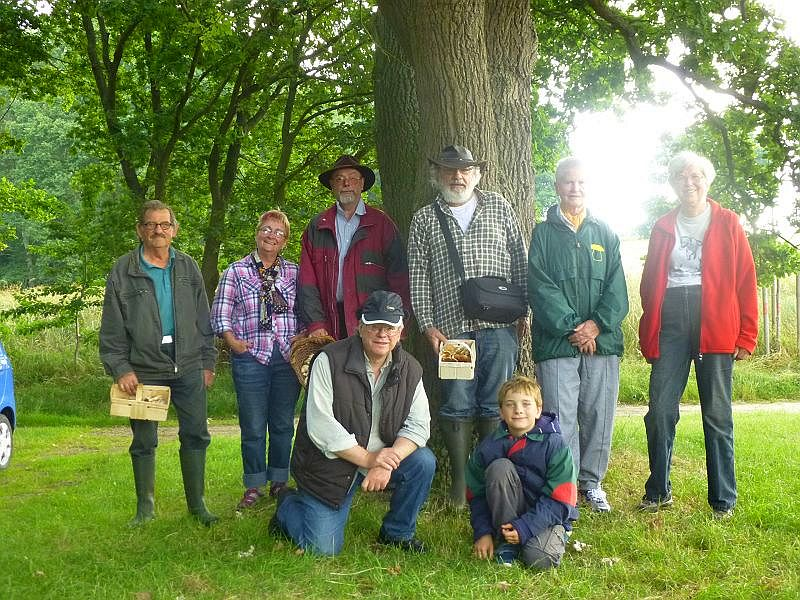 Deshalb noch schnell unter die Eiche zu unserem Erinnerungsfoto. Wir waren heute ein sehr überschaubare und gemütliche Truppe von acht Pilz- und Naturfreunden. 28. Juni 2014 in den Redentiner Tannen.