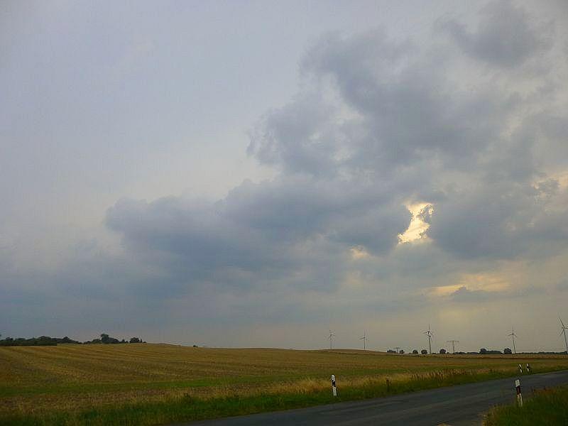 Am Abend, des 29. Juli brauen sich von düdosten her immer mehr und immer dickre Gewitterwolken zusammen. Sie zum sich aber sehr schwer, etwas vernüftiges, srich einen Starkregenschauer oder ein Gewitter hin zu bekommen. Die meisten größeren Entwicklungen bleiben südlich von Mecklenburg. Erst im laufe der Nacht und am folgenden Tag sollte es beseonders im zentralen Mecklenburg und nach Vorpommer hin richtig zur Sache gehen.