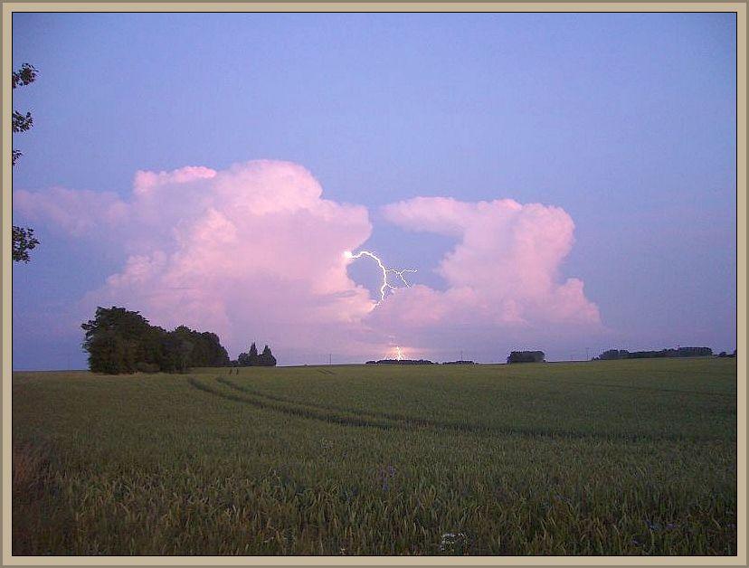 Der Sommer 2014 wird als Gewittersommer in die Analen der Wetterkundler eingehen. Mit nur kurzen und vorübergehenden Unterbrechungen kommt es fast täglich in diesem Sommer irgendwo in Deutschland zu einem Unwetter. Gerade zum Start in den August hat sich wieder eine richtige Unwetterlage eingstellt. Das Foto stammt vom 04. Juli 2009.
