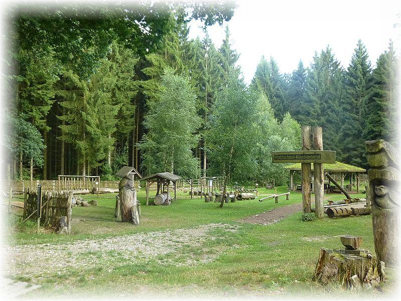 Diese Waldschaul Klaabüsterul entdeckte ich gestern bei einer weiteren Erkundung des weitläufigen Areals der Nossentiner/Schwintzer Heide in der Nähe von Krakow am See. Eine wirklich wunderschöne Anlage, um die Kiender an Wald und Natur heran zu führen. Die Waldschule gehört zur Kinder- und Jugend Begegnungstätte Neu Samet. Hier können Vereine und Familien in völliger Abgeschiedenheit und Ruhen mitten im Wald naturnah Urlaub machen und eine wunderbare Badestelle ist auch dabei.Badestelle