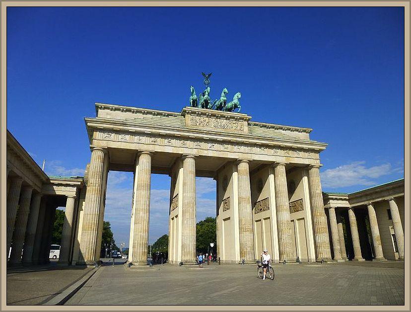 Nach einer schwülen und gewittrigen Nacht strahlte ein blauer Himmel am nächsten morgen über Berlin. Jonas wollte undbedingt mal das Brandenburger Tor sehen und natürlich auch darunter durch gehen. Das war in meiner Kindheit leider nicht möglich.